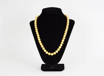 COLLIER  Un collier japonais dont les perles...