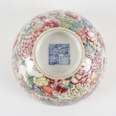 Tasse à thé de la famille rose « Fleur de Hundre », porte une marque Quianlong....