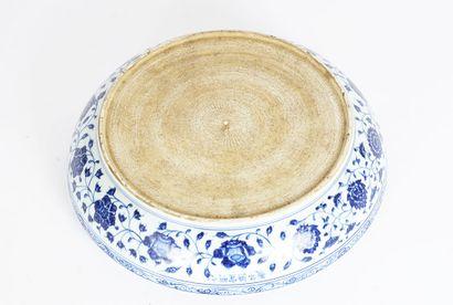 GRANDE ASSIETTE  Grande assiette blanche aux motifs bleus, dont des grappes de raisins...