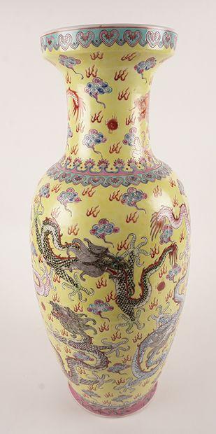 PORCELAINE, CHINE  Vase en porcelaine présentant...