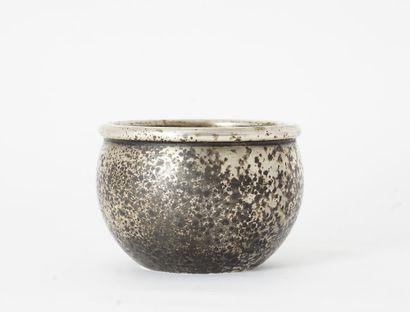 VASQUE  Petite vasque en métal argenté dont...
