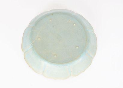 COUPE  Coupe lotiforme en porcelaine émaillée d'un bleu céladonné et craquelé, dans...