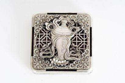 PARFUMEUR  Boîte en métal argenté à décor...