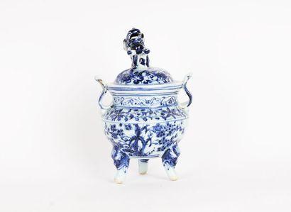 BRÛLE-PARFUM  Brûle-parfum en porcelaine de l'époque de la La dynastie Yuan, le...