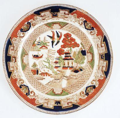 Assiette dont la bordure est décorée de motifs...