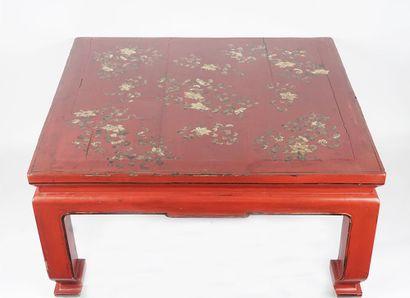 TABLE  Table chinoise laquée rouge, à décor...