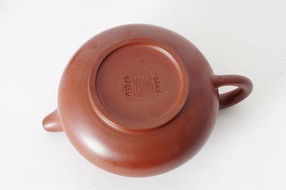 THÉIÈRE  Petite théière en yixing. Porte une marque Gu Jingzhou et la date 1968...