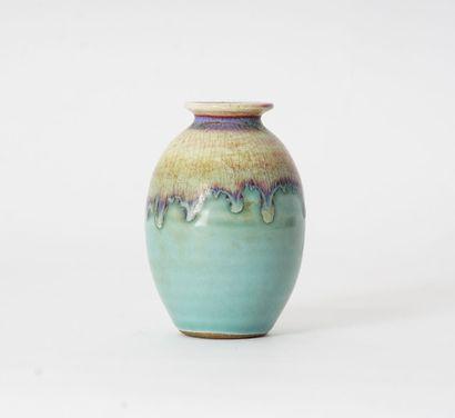 VASE  Vase ovoïde en céramique émaillé bleu, à glaçure beige et lavande craquelée...