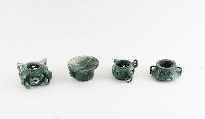 SERPENTINE  Vase chinois en quatre morceaux,...