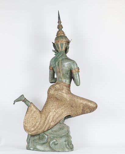Sujet représentant une danseuse du Siam, en métal polychrome. Thailande, Xxe siècle....