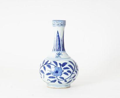VASE  Un vase bouteille en porcelaine, à...