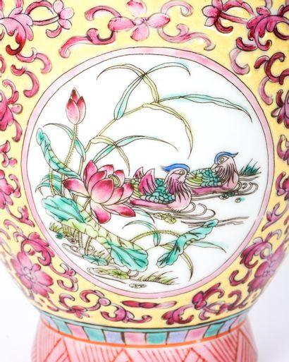 Vase balustre de la famille Rose « Jardin d'oiseaux », marque de règne Yongzheng....