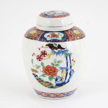 Jarre japonaise en porcelaines et son couvercle,...