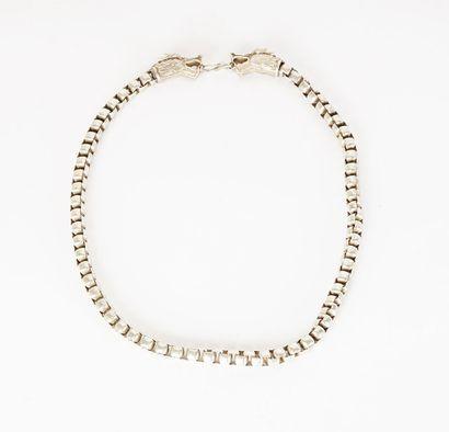 COLLIER  Un collier orné de deux têtes de...