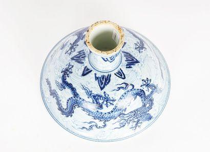 COUPE  Coupe blanche sur piédouche décorée de deux dragons bleus sur motifs, dans...
