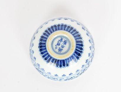 STYLE MING    Coupe en porcelaine blanche à motifs et décor de lotus bleus, dont...