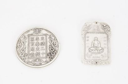 MÉDAILLE  Médaille et pendentif en métal...