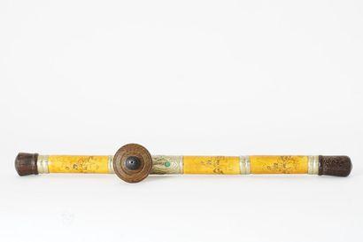 IVOIRE  Une pipe à opium en ivoire à décor...