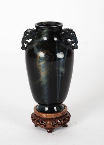 VASE  Vase chinois en pierre dure.  7.5x14...
