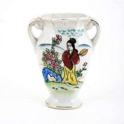 Petit vase blanc japonais sur chaque côté...