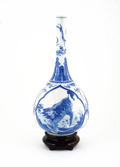 Vase bouteille chinois en porcelaine bleue...