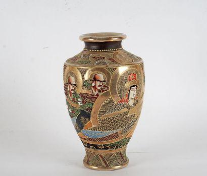 VASE SATSUMA  Vase en faïence de Satsuma,...