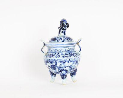 BRÛLE-PARFUM  Brûle-parfum en porcelaine...