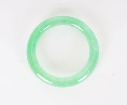 BRACELET  Un bracelet jonc en jadéite glacée....