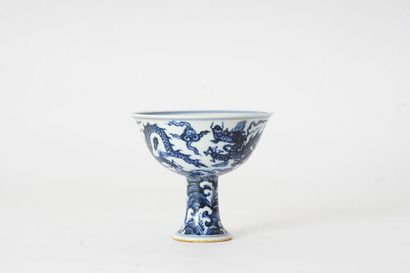 COUPE  Coupe sur piédouche en porcelaine, à décor en bleu sous couverte de dragons...