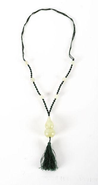 JADE  Collier de perles et pendentif en jade...