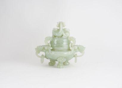 BRÛLE-PARFUM  Brûle-parfum en jade, reposant sur trois pieds griffés, deux anses...