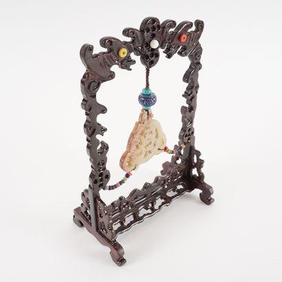 Plaque de jade ajourée sur pied.  Chine, XXe siècle  10 x 17 x 26 cm – 4 x 6.75...
