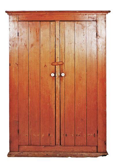 Armoire en bois naturel, ouvre par deux ventaux,...