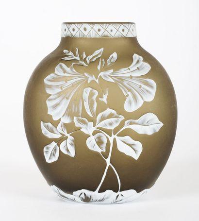 Vase en verre camée signé WEBB, vert olive...