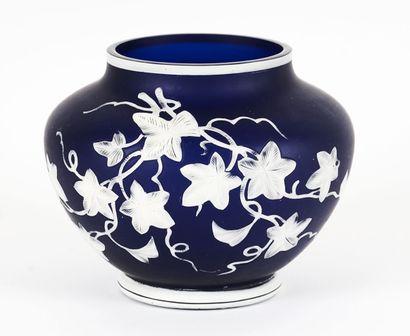 Vase bleu et blanc en verre camée attribué...