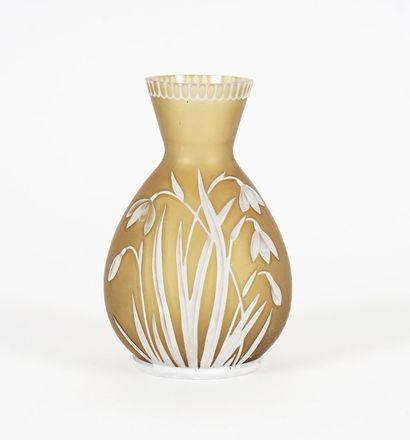 Petit vase en verre camée vert olive à décor...
