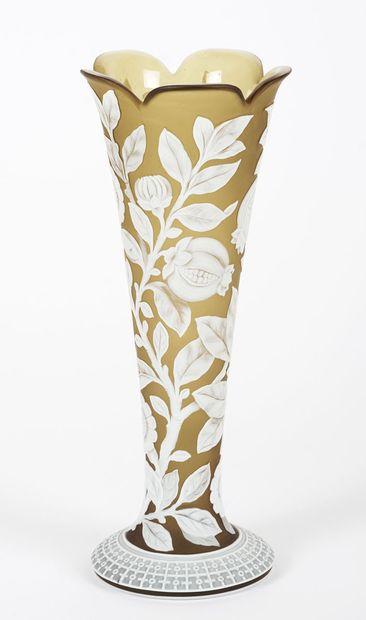 Vase à fleurs attribué à Webb, vert olive...