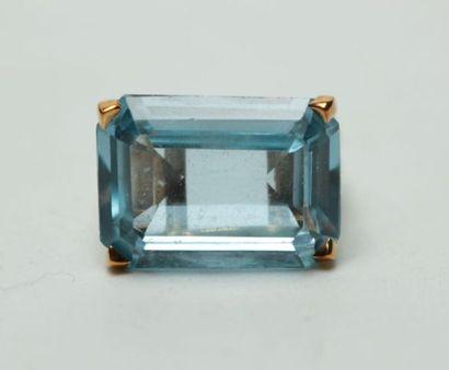 Bague en métal doré sertie d'une pierre bleue...