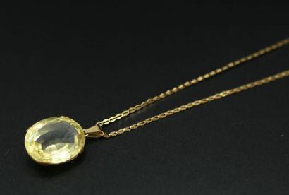 * Pendentif serti d'une pierre ovale jaune...
