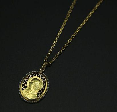 * Chaîne et médaille à l'effigie de la Vierge...