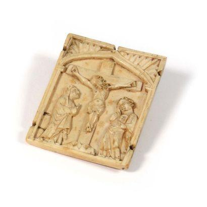 Plaque en ivoire sculptée d'une crucifixion XVème-XVIème siècle Haut : 8 cm , Long...