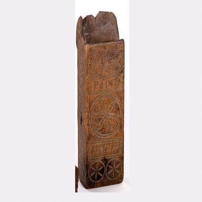 Coffin à décor gravé de rosaces et de cercles...
