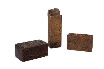 Boîte monoxyle avec couvercle monté sur glissières à décor de rouelles, rosaces...