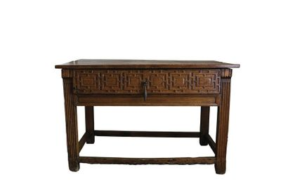 Table en chêne ouvrant à un tiroir à décor...