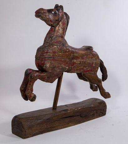 Deux chevaux indiens en bois polychrome. H 105 - L 94 cm