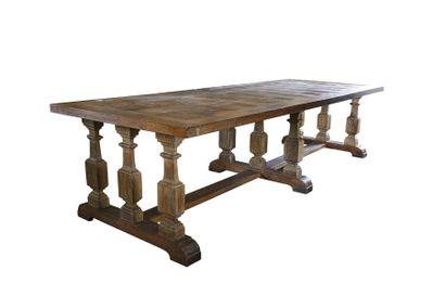 Grande table en chêne, piètement à neuf balustres...