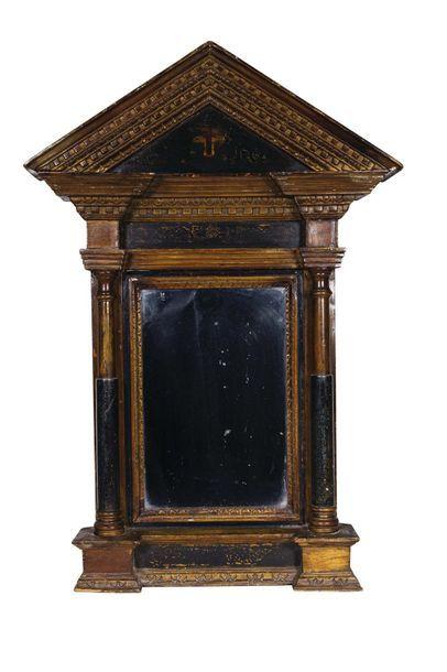 Miroir en bois sculpté et doré, à décors...