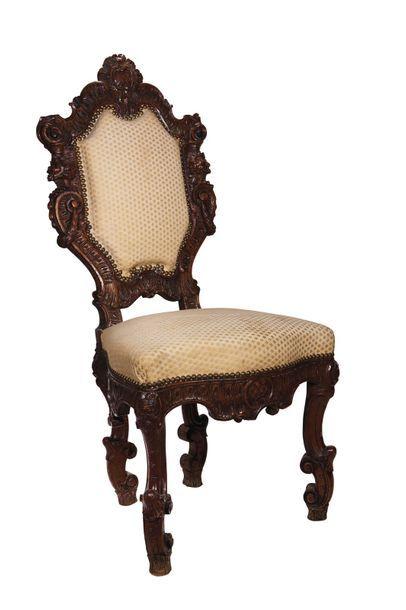 Petite chaise d'apparat en noyer très richement...
