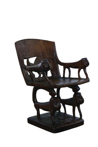 Fauteuil de style Africain en bois sculpté...