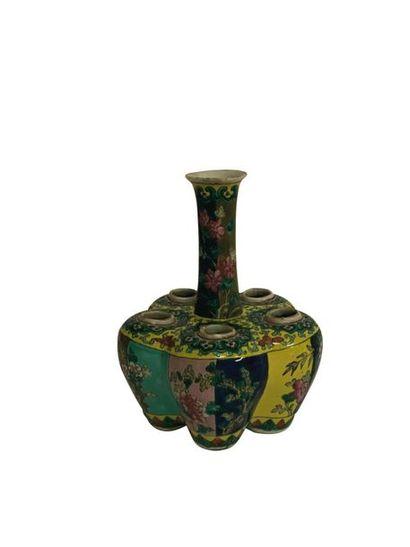 CHINE Vase tulipière en porcelaine polychrome....
